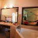 junior-suite-bathroom2-r_0